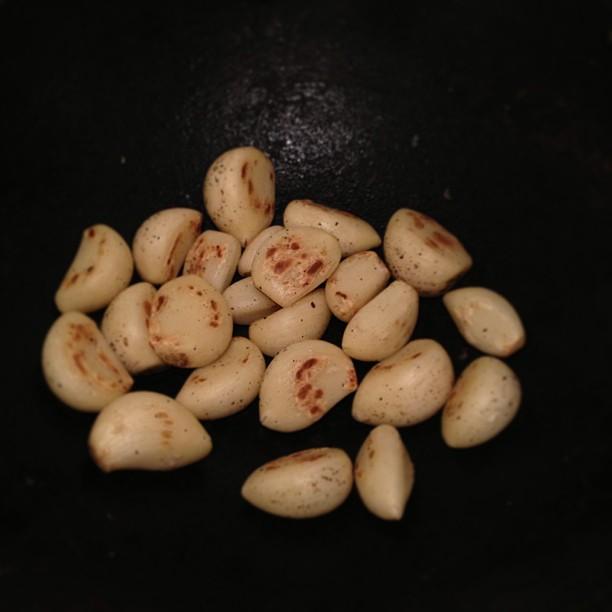 ニンニクは、すりおろす前に炒める。臭いが抑えられるし、栄養価が高いらしい。と、このようにこれはハレの日のカレー。いつものしみったれた耐乏給食とはまたひと味違うのです。