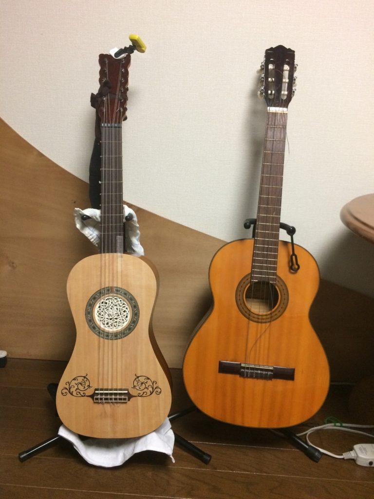 左:今回製作したバロックギター、右:いわゆるクラシックギター